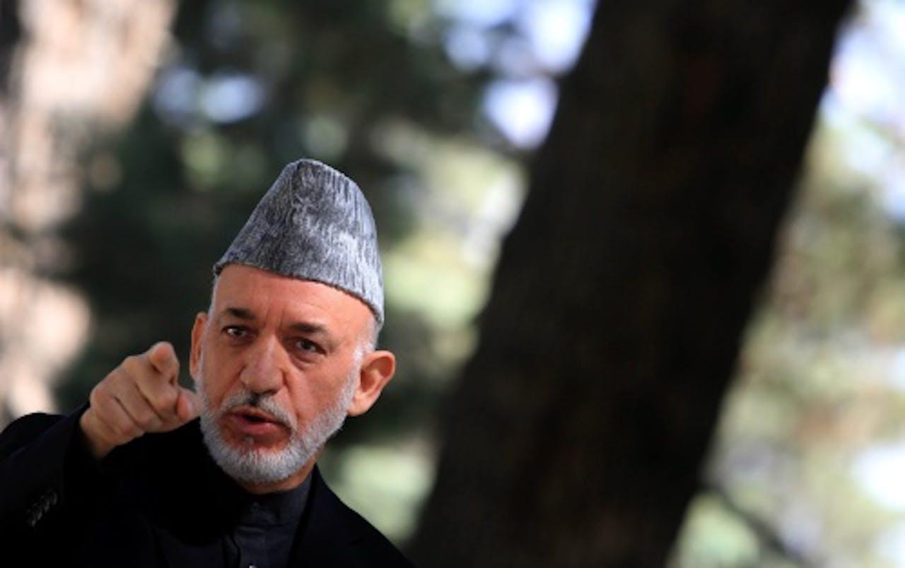 President Karzai bij zijn paleis. EPA
