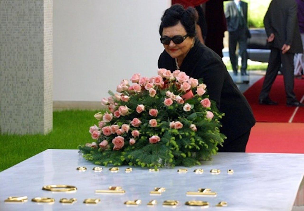 Jovanka Broz bij het graf van haar man. EPA
