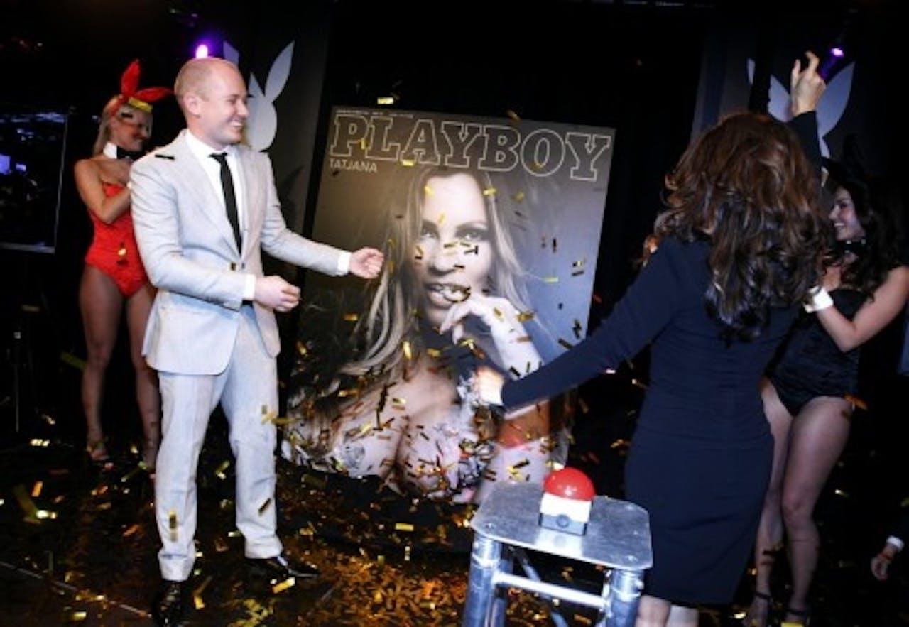 Tatjana Simic (R) en hoofdredacteur Patrick Goldsteen onthullen de cover van de kersteditie van de Playboy eind 2012.