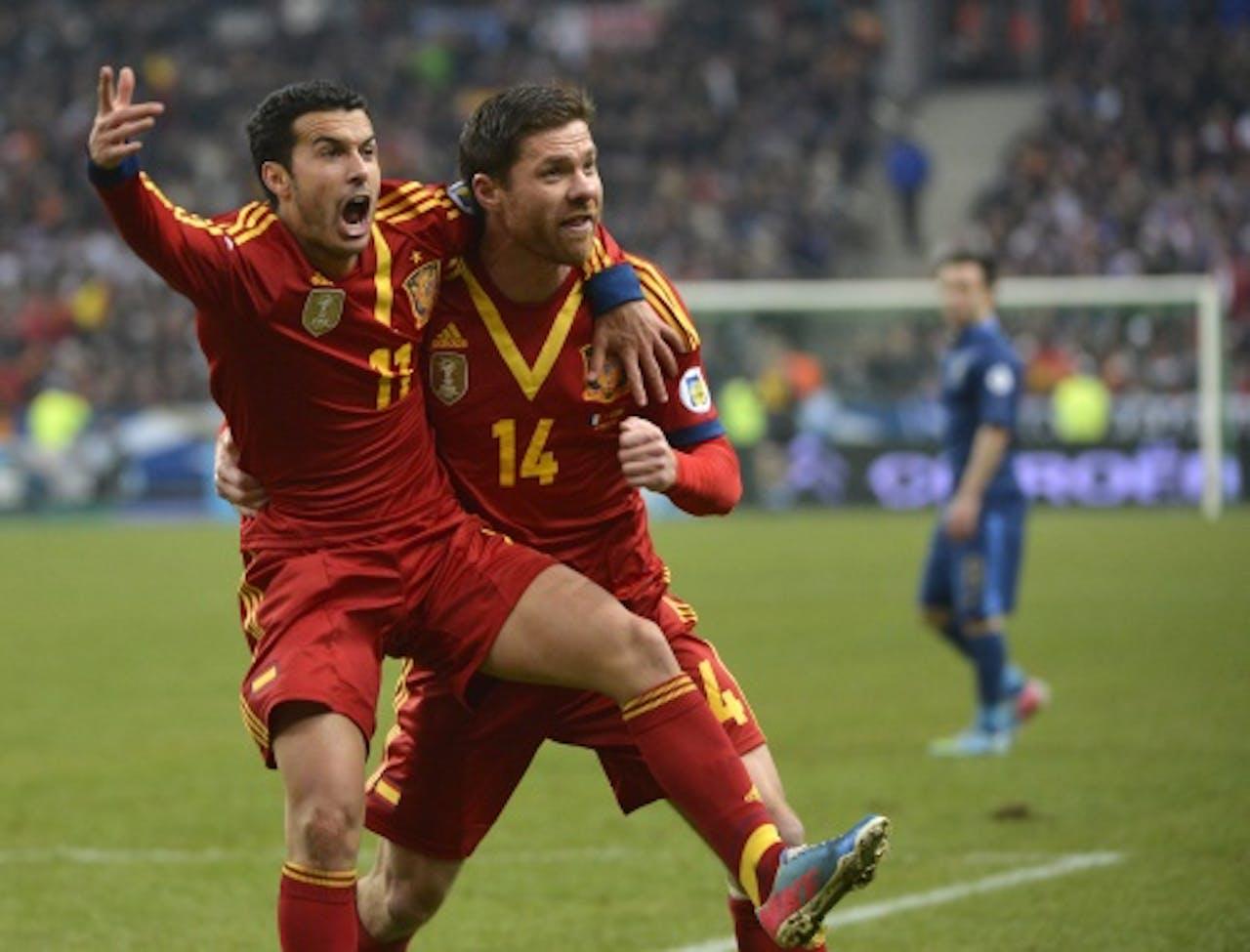Pedro (L) van Spanje viert zijn goal met ploeggenoot Xabi Alonso (R). EPA