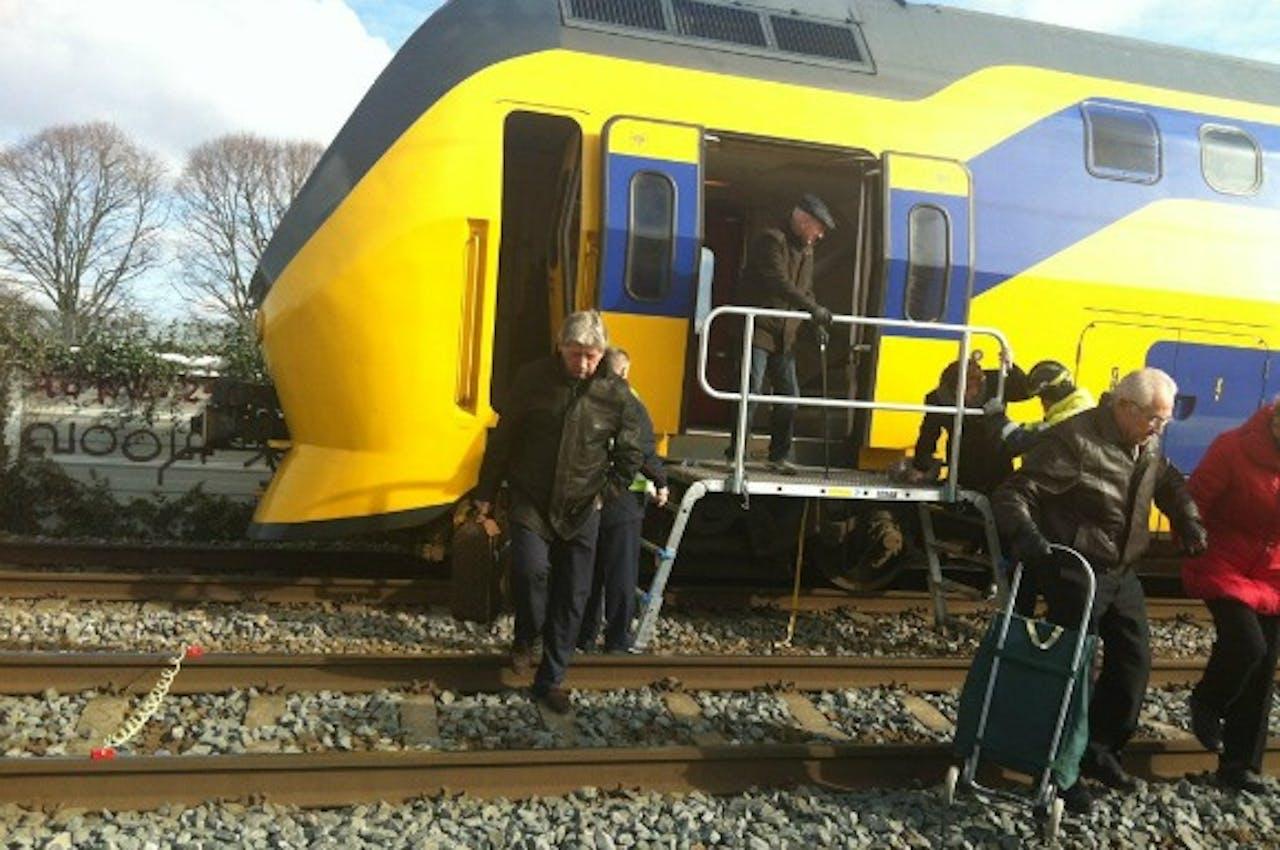 Passagiers worden uit de trein geholpen. Foto: @yorinawouters