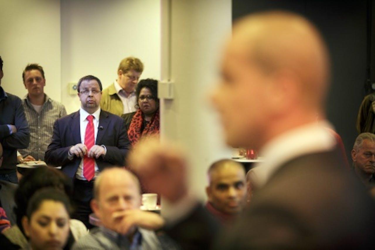 PvdA-lid Sander Terphuis (links) en Diederik Samsom (rechts) tijdens de ledenbijeenkomst in Den Haag. (ANP)