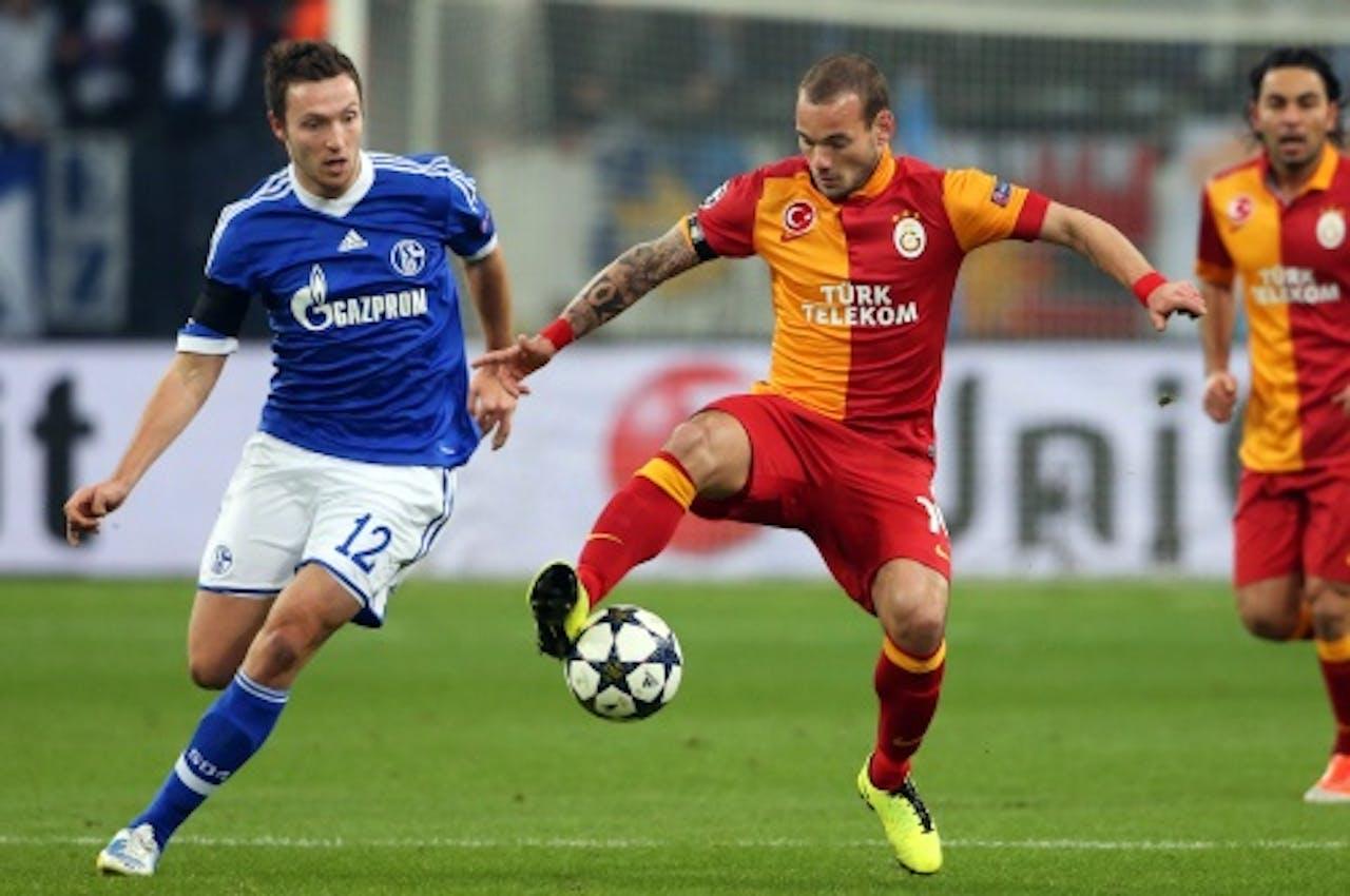 Wesley Sneijder (R) van Galatasaray in duel met Marco Höger (L) van Schalke 04. EPA