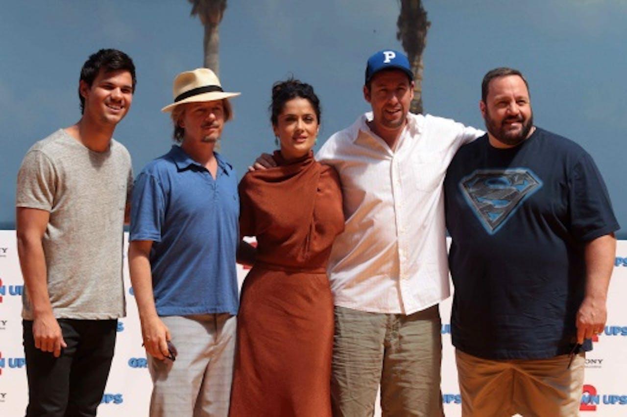 Kevin James (helemaal rechts) met de cast van Grown Us 2. EPA