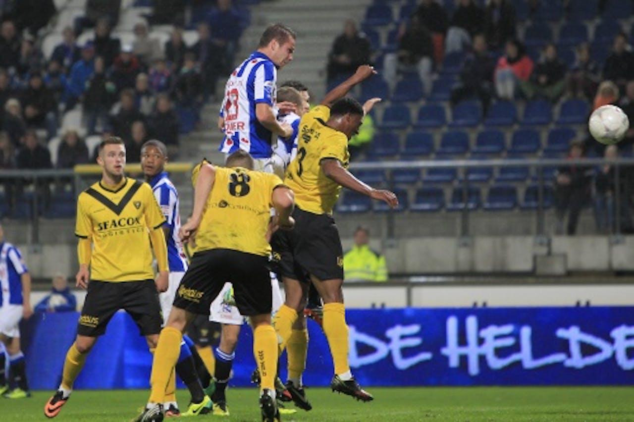 Ramon Zomer van SC Heerenveen kopt de 1-0 binnen. VVV Venlo-speler Jerold Promes (3) is te laat. ANP PRO SHOTS