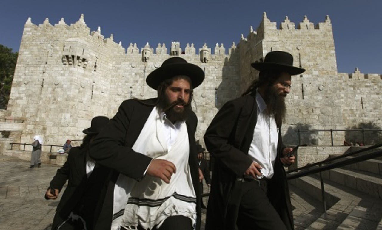 Twee ultraorthodoxe joden eerder dit jaar op weg naar de demonstratie tegen de dienstplicht. EPA