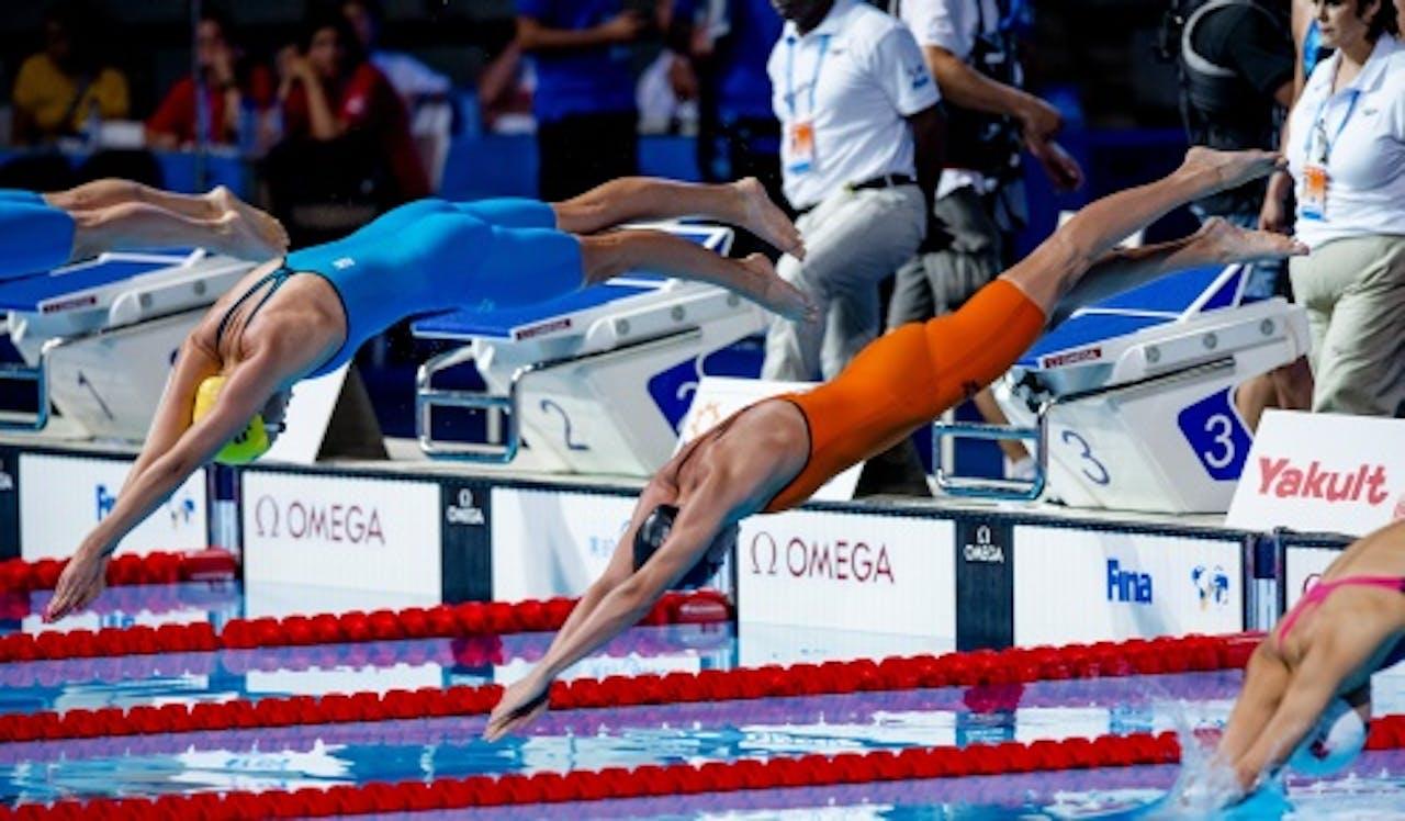 Inge Dekker (R) tijdens de 4x100 meter vrij op het WK Zwemmen in Barcelona, ANP
