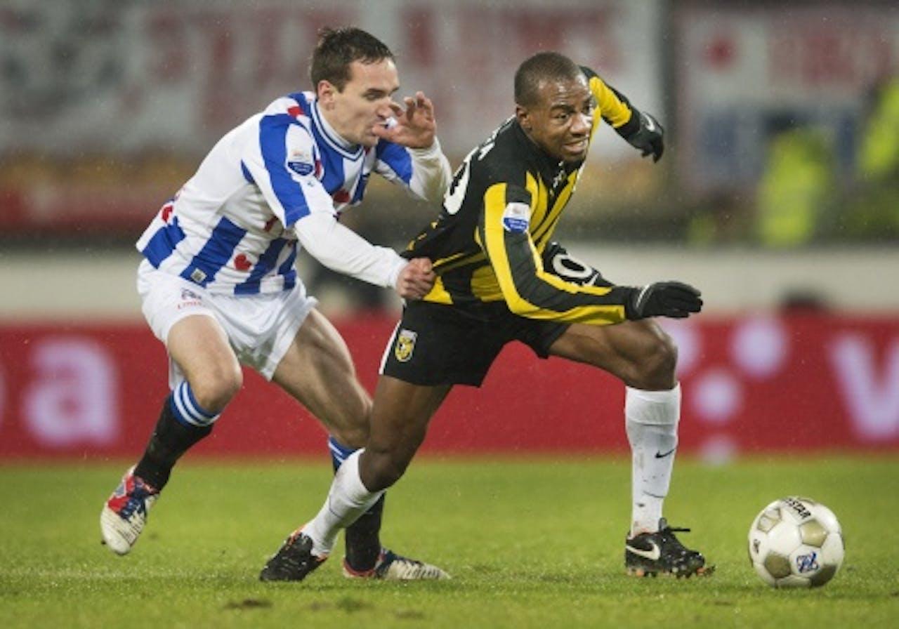 Sven Kums van Heerenveen (L) in duel met Gael Kakuta van Vitresse (R). ANP