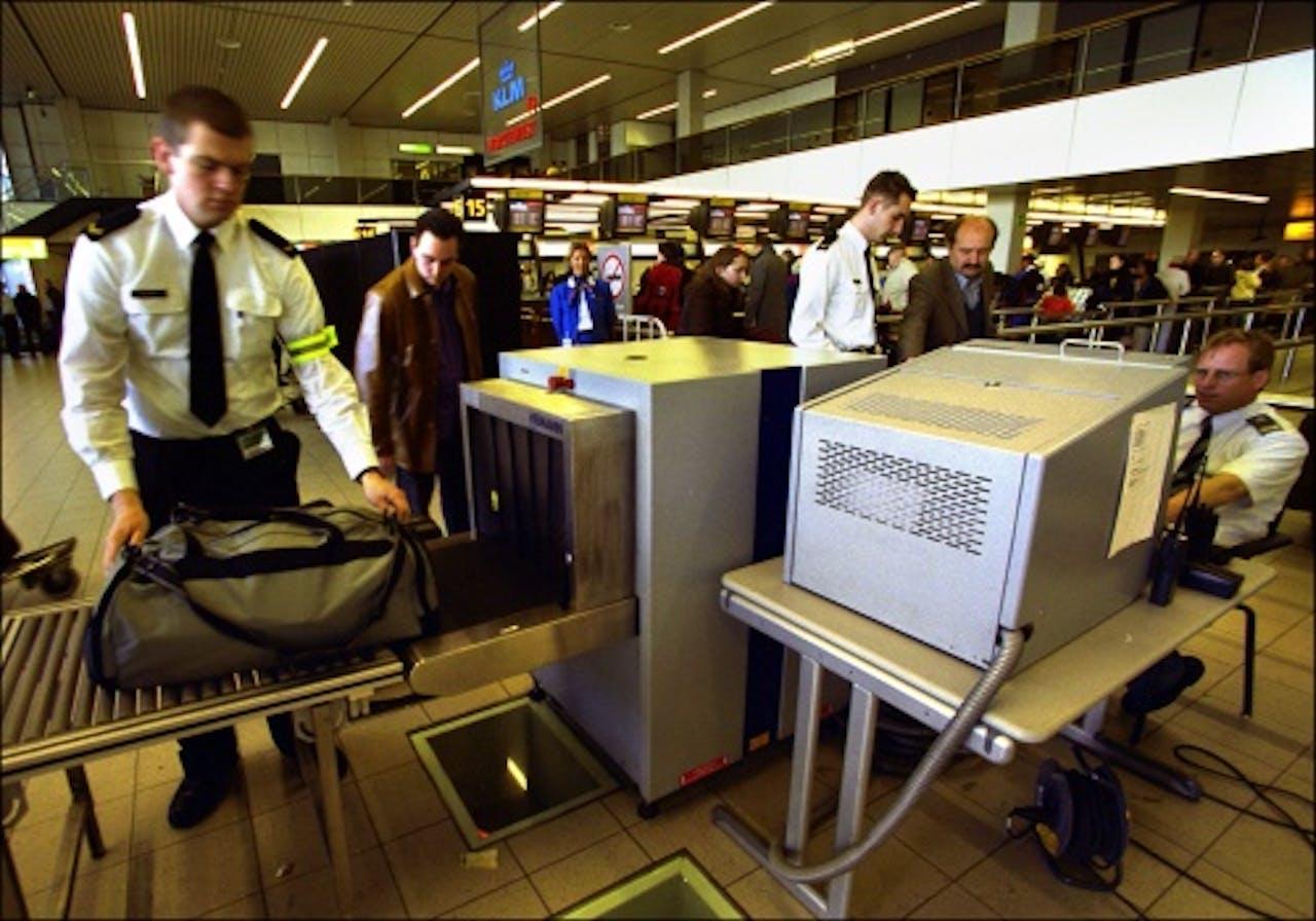(Archieffoto 2001). Controle van handbagage op Schiphol. ANP