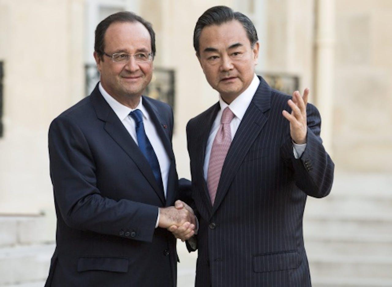 Archiefbeeld: de Franse president Hollande (links) met de Chinese minister van Buitenlandse zaken Wang Yi (EPA)