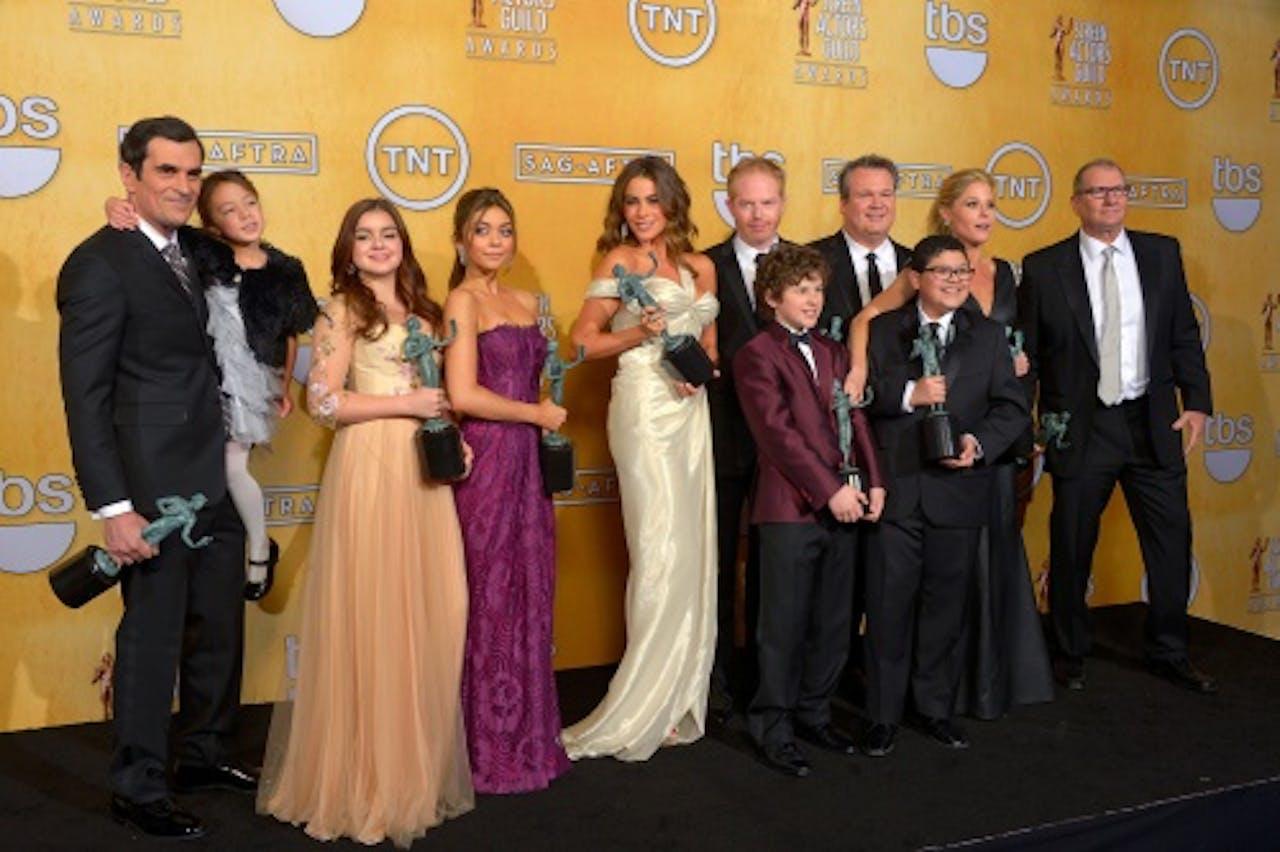 Ariel Winter (in zalmroze jurk) met de cast van Modern Family. EPA
