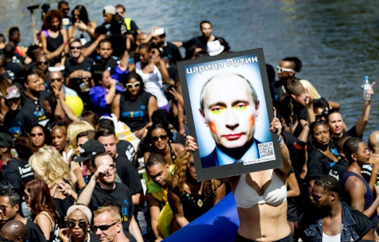 Een boot met een portret van de Russische president Vladimir Poetin tijdens de botenparade van de Gay Pride, ANP