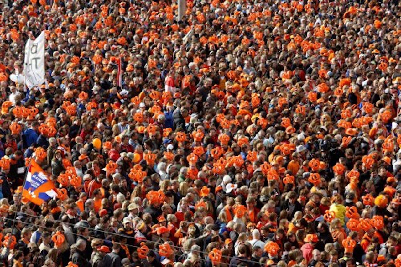 Oranjefans wachten op de Dam op de inhuldiging van prins Willem-Alexander. ANP