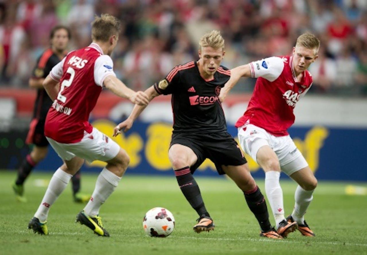 Viktor Fischer van Ajax (M) in duel met AZ-spelers Mattias Johansson (L) en Aron Johansson (R), ANP