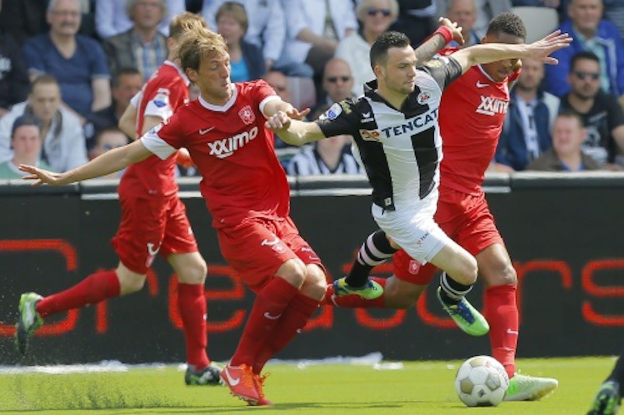 Dragan Paljic (M) van Heracles in duel met FC Twente spelers Willem Janssen (L) en Leroy Fer (R), ANP Pro Shots