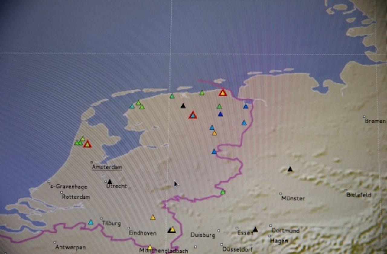 Meetpunten van de aardschokken te zien op een beeldscherm bij het KNMI. ANP