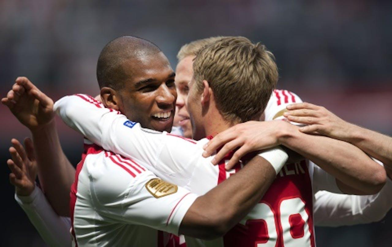 Viktor Fischer (R) maakt de 3-0 voor Ajax tegen Willem II en wordt gefeliciteerd door Ryan Babel (L) en Kolbeinn Sigthorsson (M), ANP