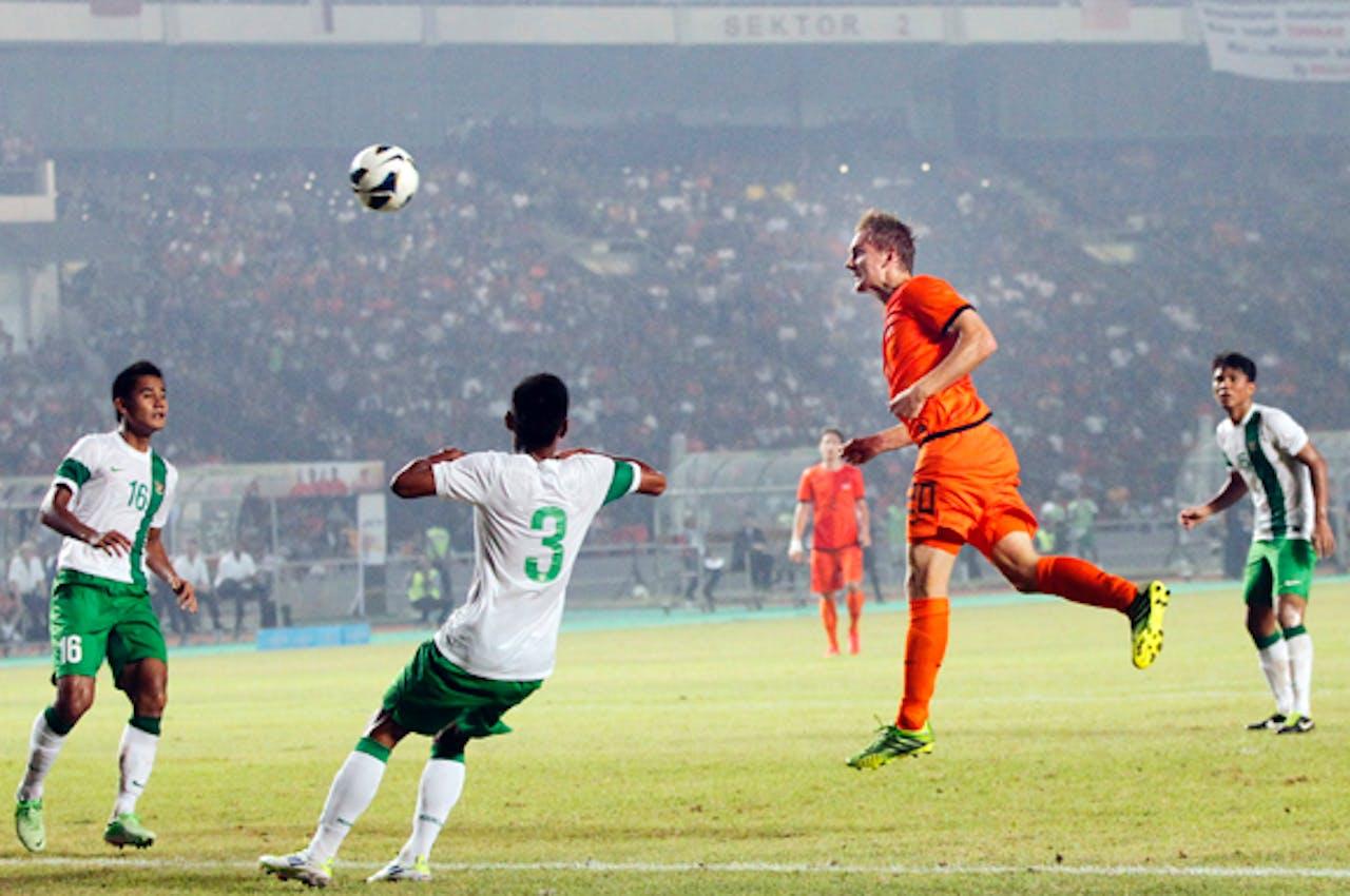 Siem de Jong scoort de 0-1 tijdens de oefeninterland tussen Indonesie en Nederland.