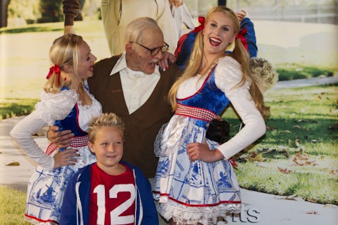 Acteur Johnny Knoxville (M) poseert, vermomd als opa. ANP Kippa