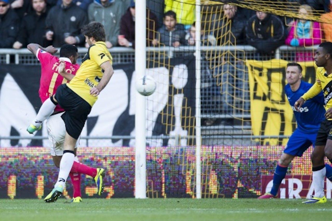 Kees Kwakman (tweede van links) van NAC scoort de 2-1 tegen PSV. ANP PRO SHOTS