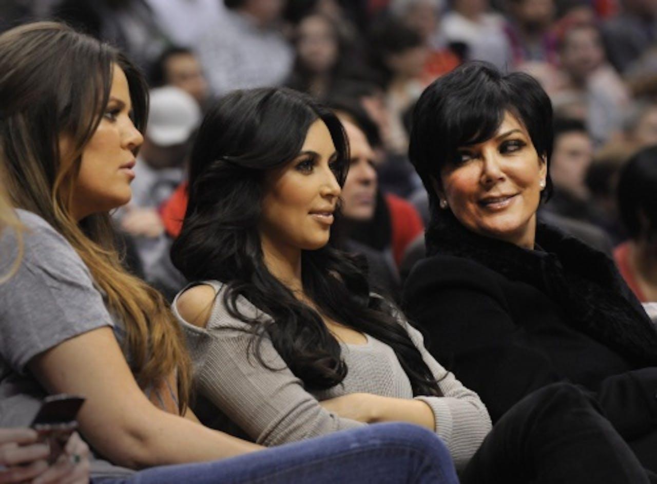 Kris (r) met dochters Kim (m) en Khloé. EPA