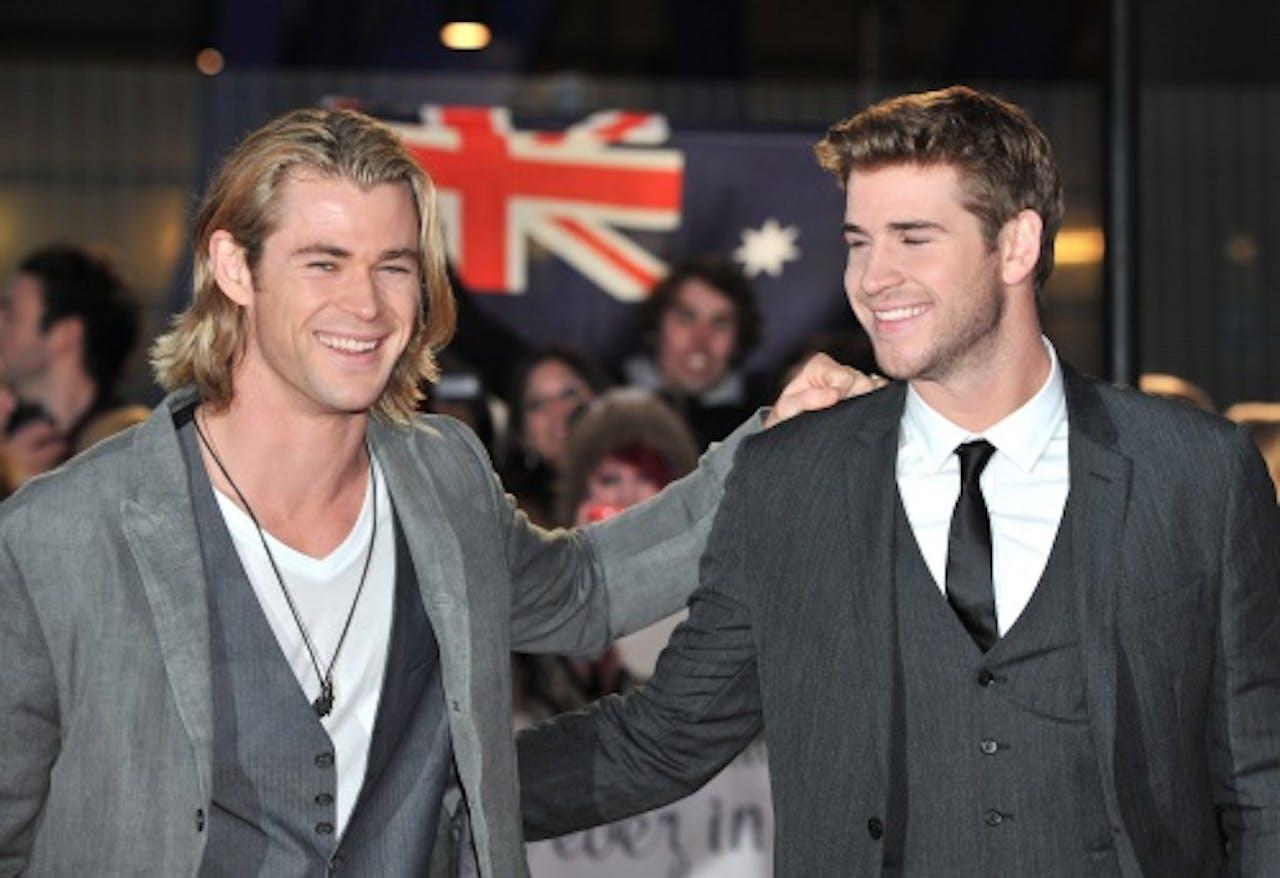 Liam (r) met broer Chris, die eveneens acteur is. EPA