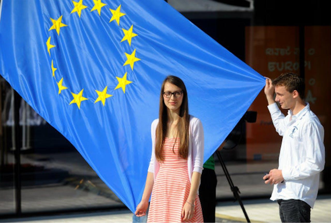 Een Kroatische tiener houdt de EU-vlag vast tijdens de openingsceremonie van het EU-kantoor in Zagreb.