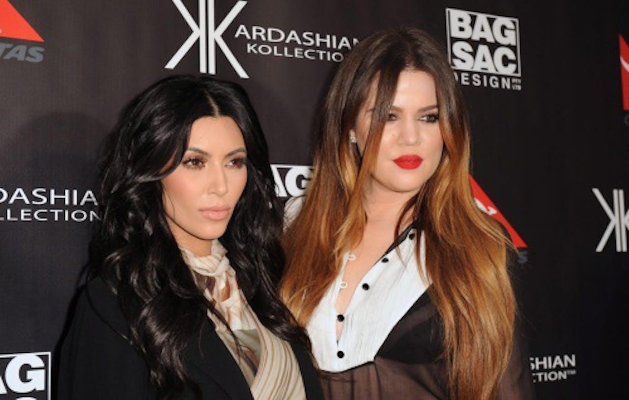 Khloe (R) met haar zus Kim Kardashian. EPA