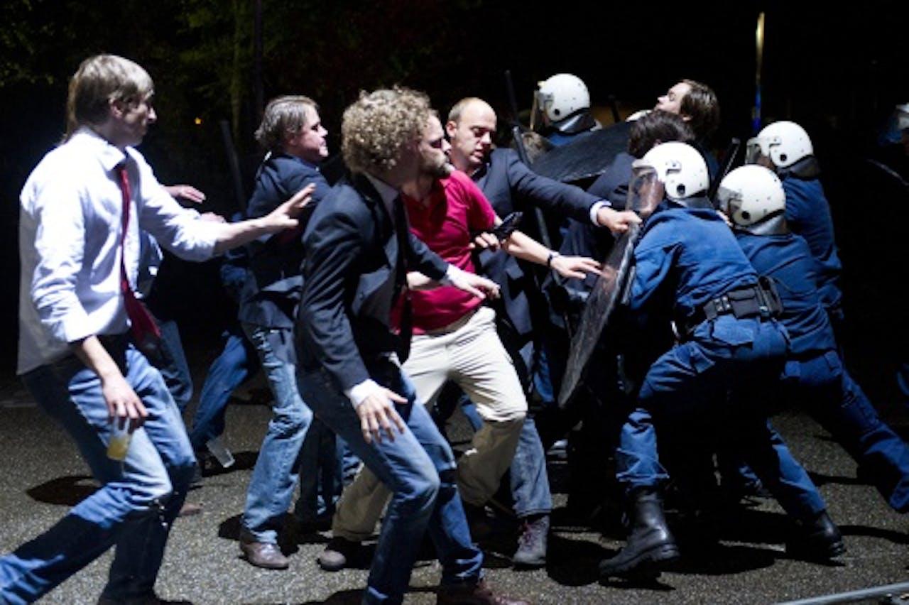 Feuten gaan de confrontatie met de ME aan op de set van de film Feuten; het feestje. Foto: ANP Kippa