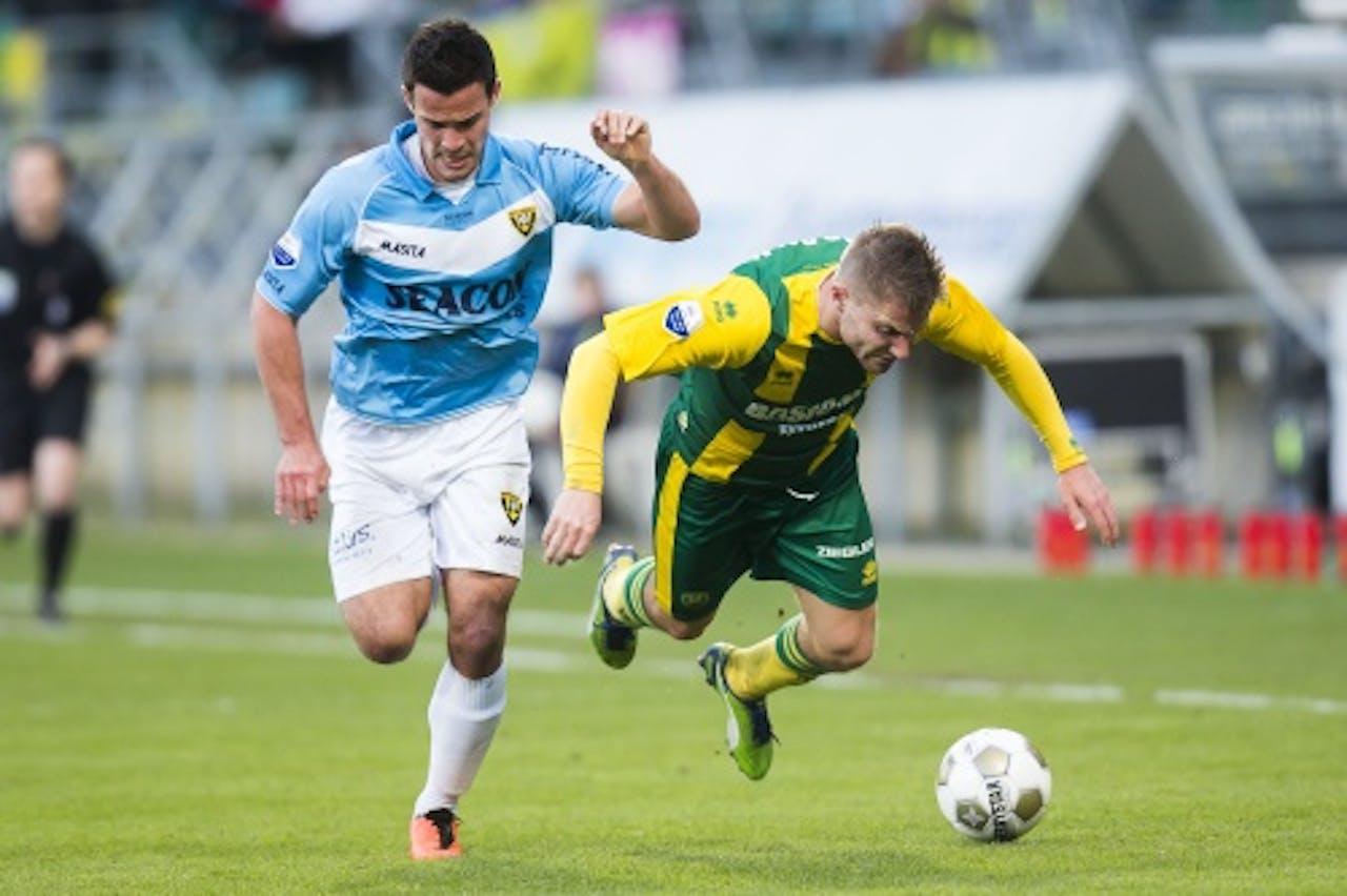 Aaron Meijers (R) van ADO in duel met Guus Joppen van VVV. ANP