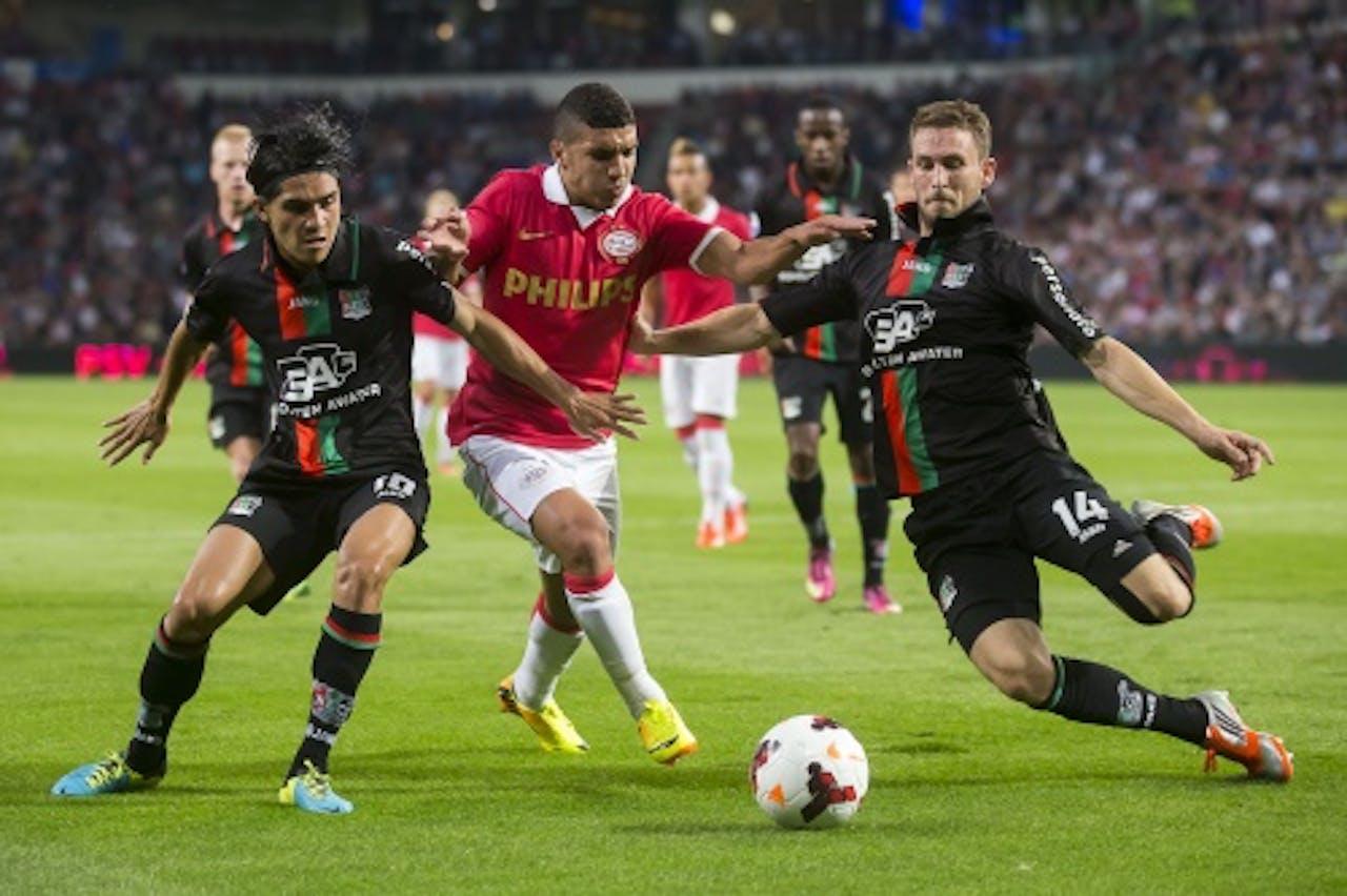 Zakaria Bakkali (M) van PSV slalomt tussen Kevin Conboy (R) en Navarone Foor (L) van NEC door. ANP PRO SHOTS