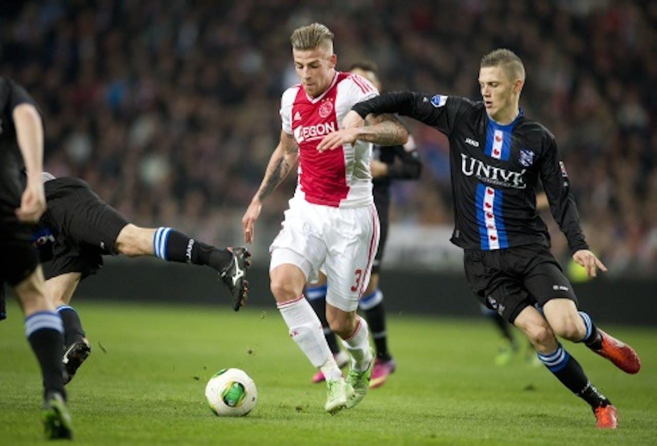 Ajax-speler Toby Alderweireld (L) in duel met Jeffrey Gouweleeuw van sc Heerenveen, ANP