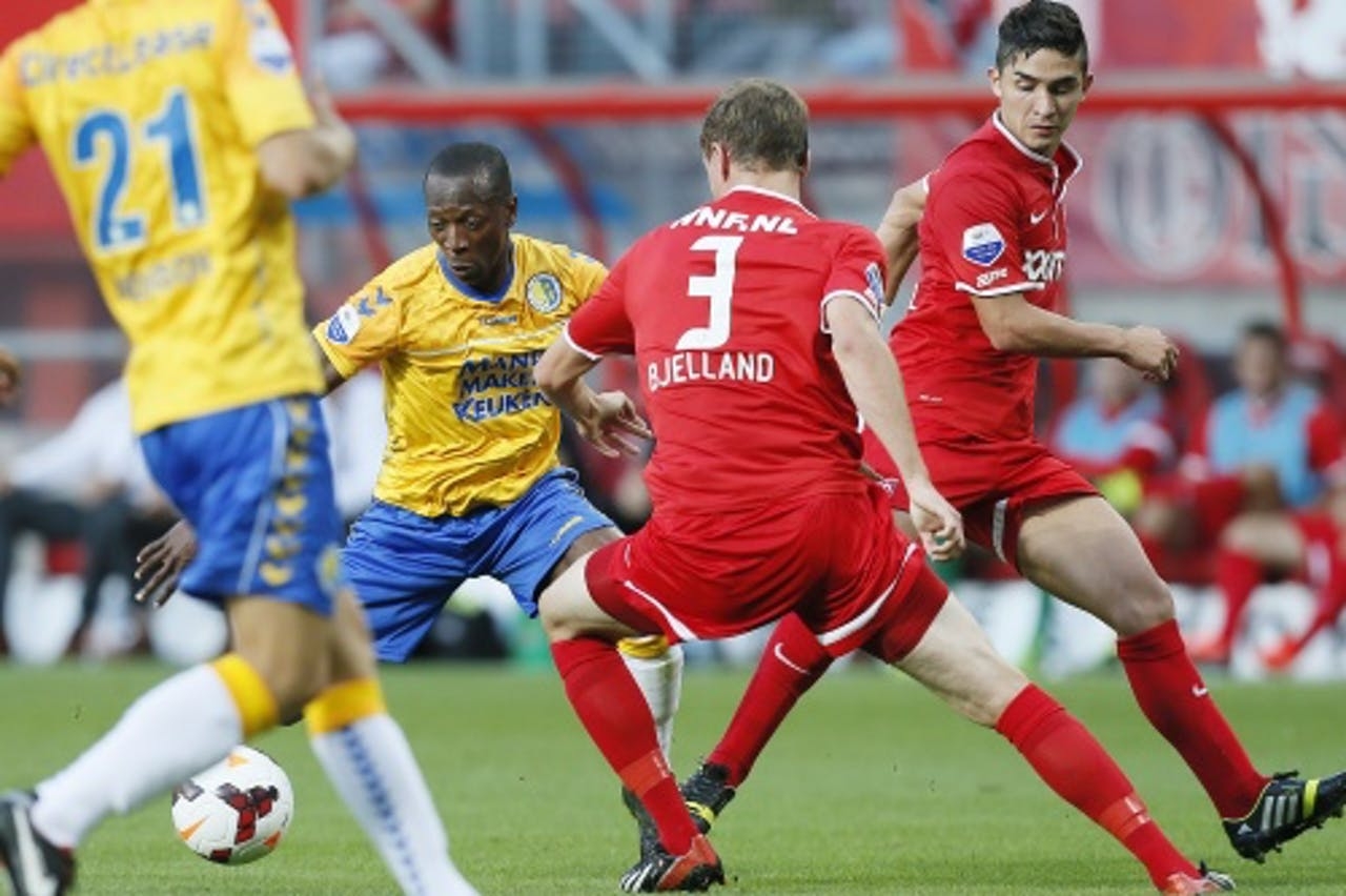 Romeo Castelen (L) van RKC in duel met FC Twente-spelers Andreas Bjelland (M) en Felipe Guitierrez, ANP Pro Shots