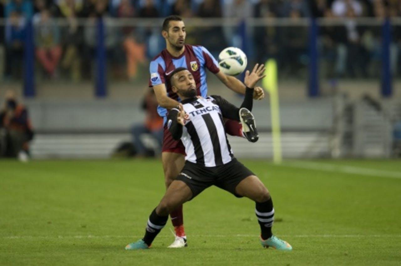 Vitesse-speler Dan Mori (L) in duel met Heracles Almelo-speler Samuel Armenteros. ANP
