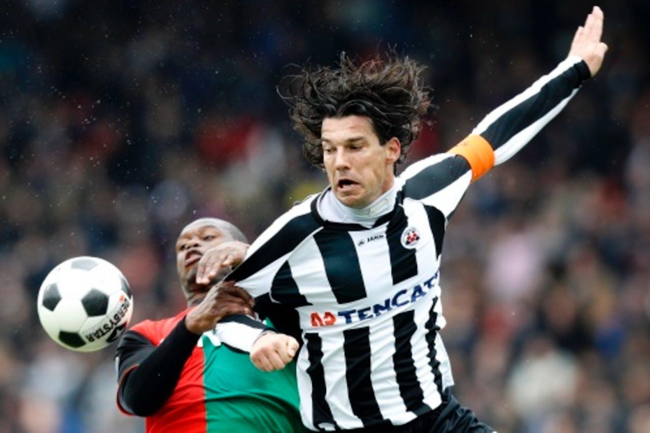Antoine van der Linden (R) van Heracles in duel Género Zeefuik van NEC. ANP PRO SHOTS