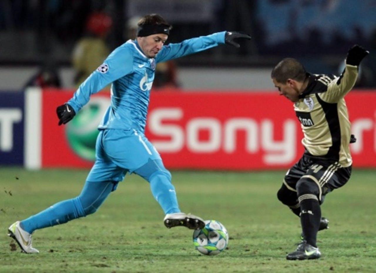 Benfica's Maxi Pereira (R) in duel met Viktor Fayzulin van Zenit St. Petersburg (L). EPA