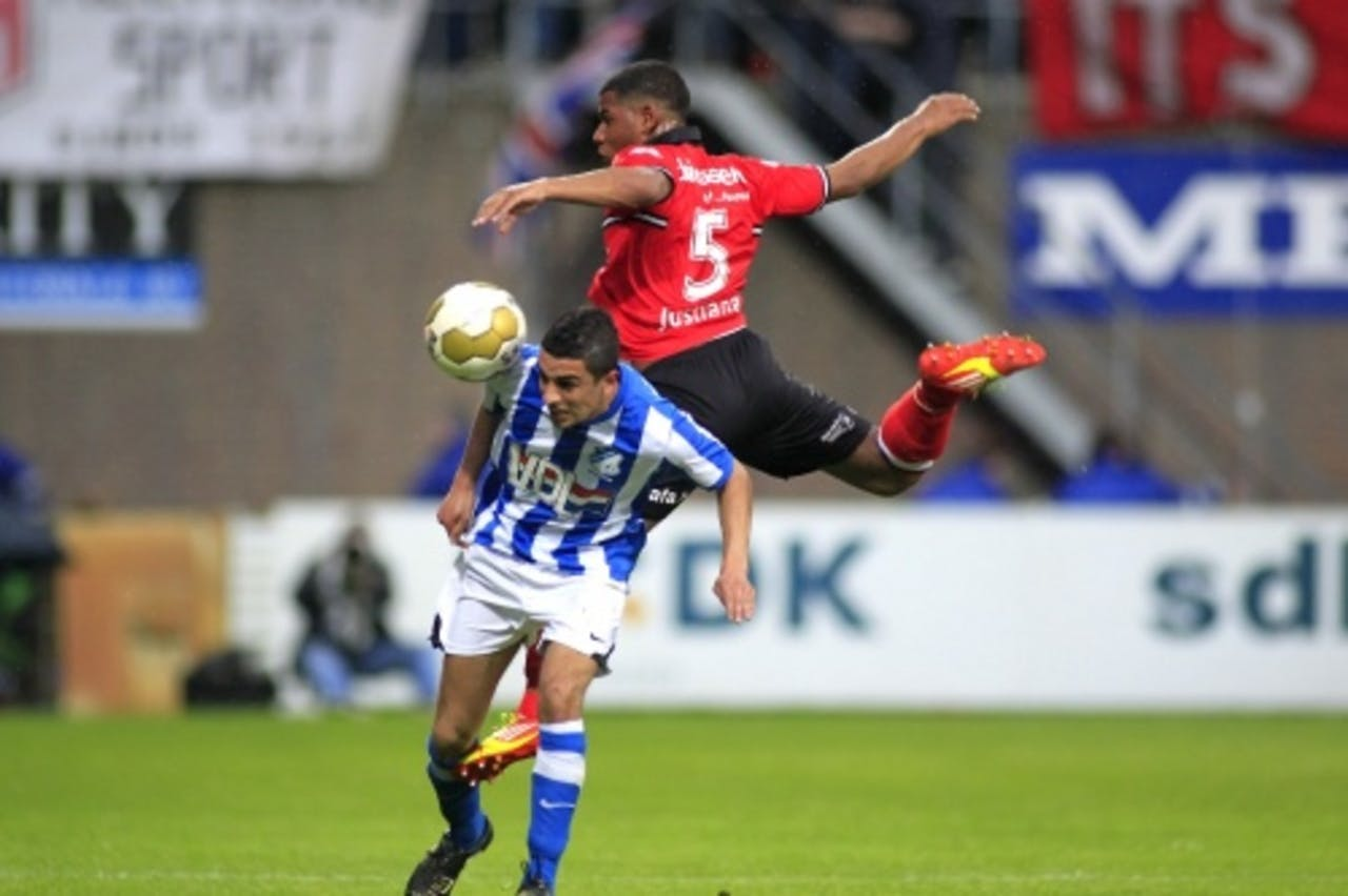 FC Eindhoven-speler Youness Mokhtar (l) n duel met Gillian Justiana (r) van Helmond Sport. ANP
