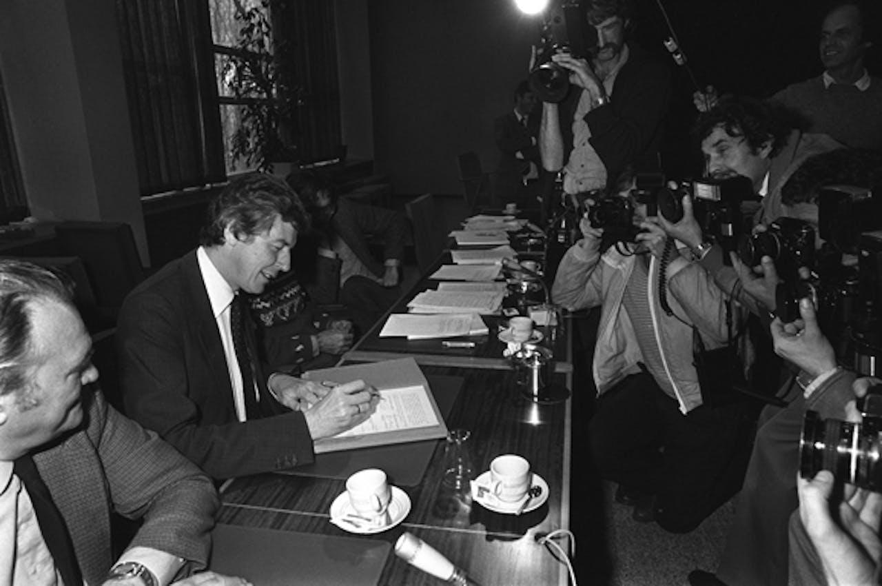 Hier ondertekent Wim Kok namens de FNV (werknemers) het akkoord.