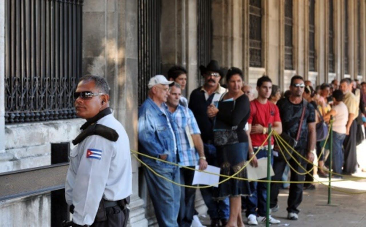 Cubanen in de rij bij de Spaanse ambassade in Havana. EPA