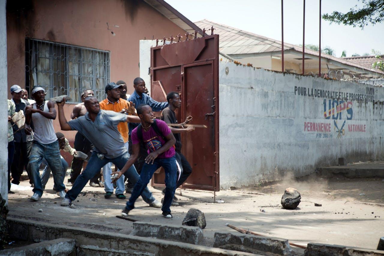 De Congolese oppositiepartij UDPS raakt in gevecht met de politie na een demonstratie waarin ze meer transparantie tijdens de aankomende verkiezingen op 28 november eisten. (6 oktober)