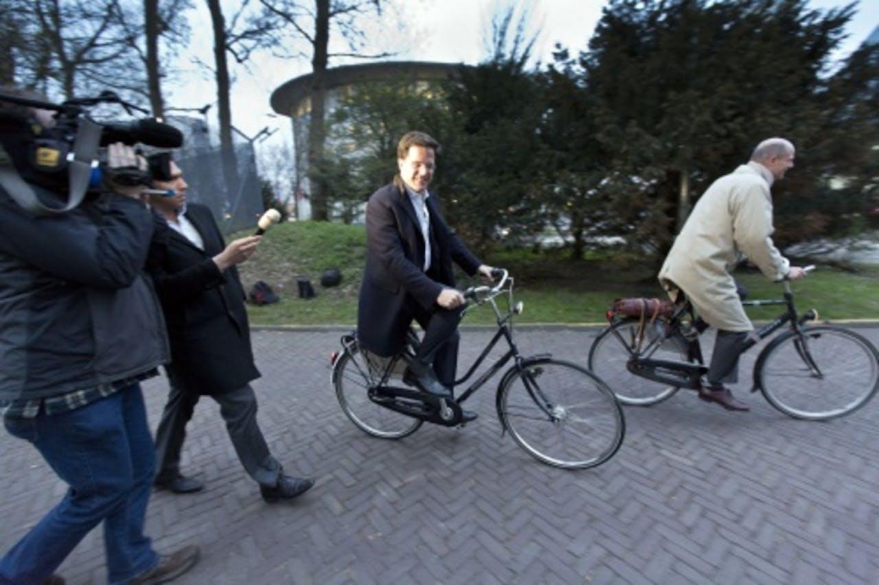 Premier Mark Rutte (L) en VVD-fractievoorzitter Stef Blok verlaten dinsdag het Catshuis. ANP