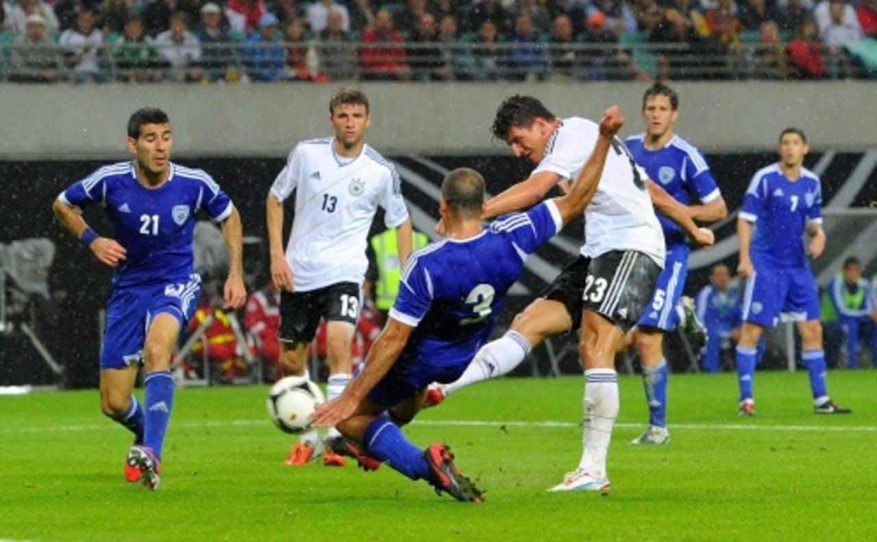 Mario Gomez (R) van Duitsland schiet de 1-0 binnen. EPA