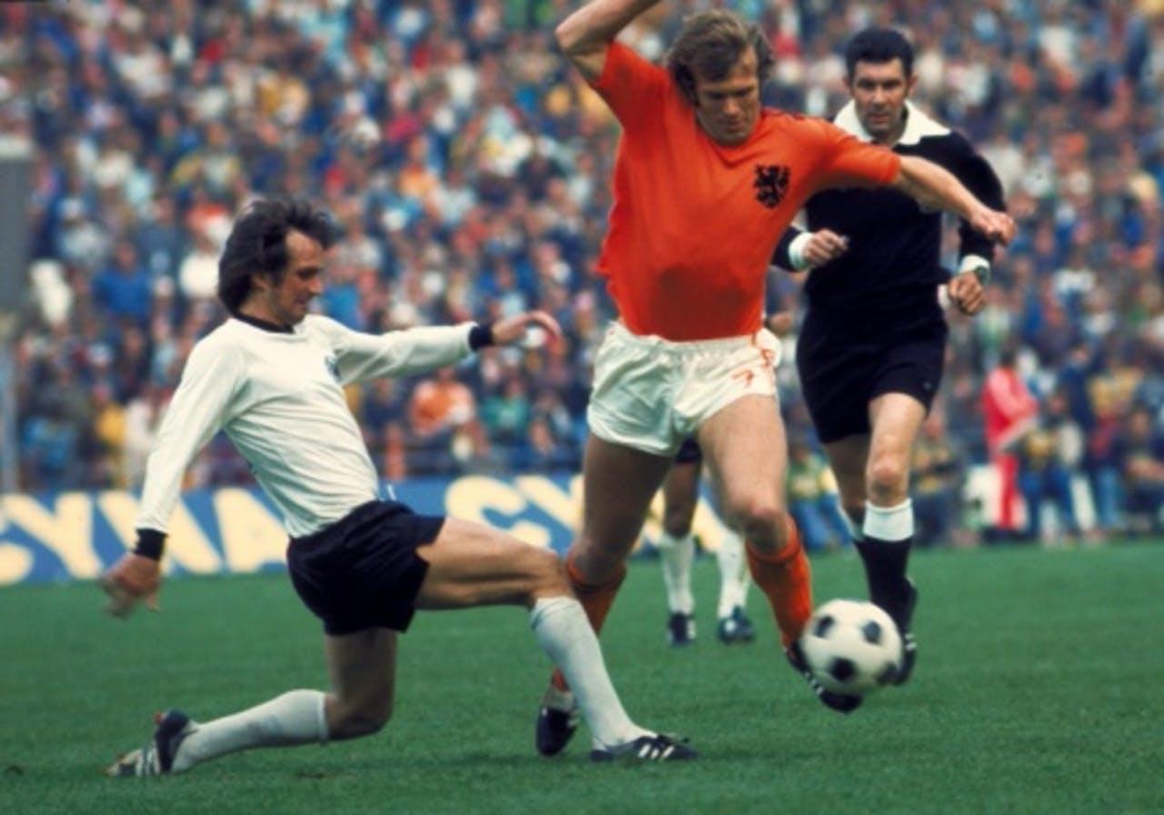 Theo de Jong in duel met Wolfgang Overath (West-Duitsland). Rechts scheidsrechter Jack Taylor. ANP