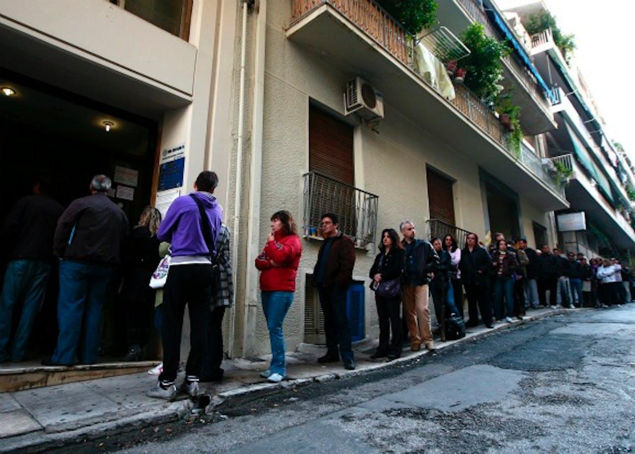 Werklozen Griekse burgers wachten in een lange rij bij een arbeidsbureau