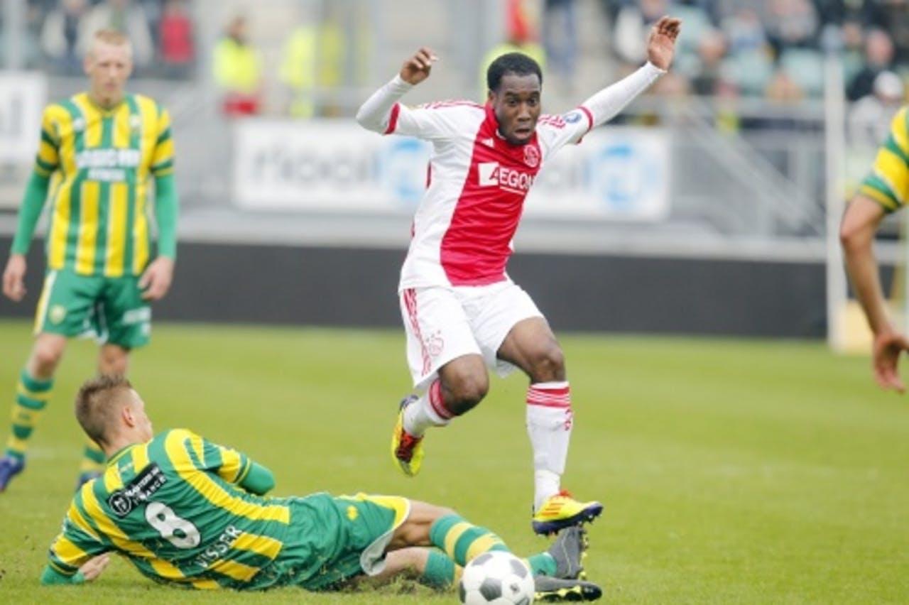 Vurnon Anita (R) van Ajax in duel met ADO-speler Kevin Visser. ANP