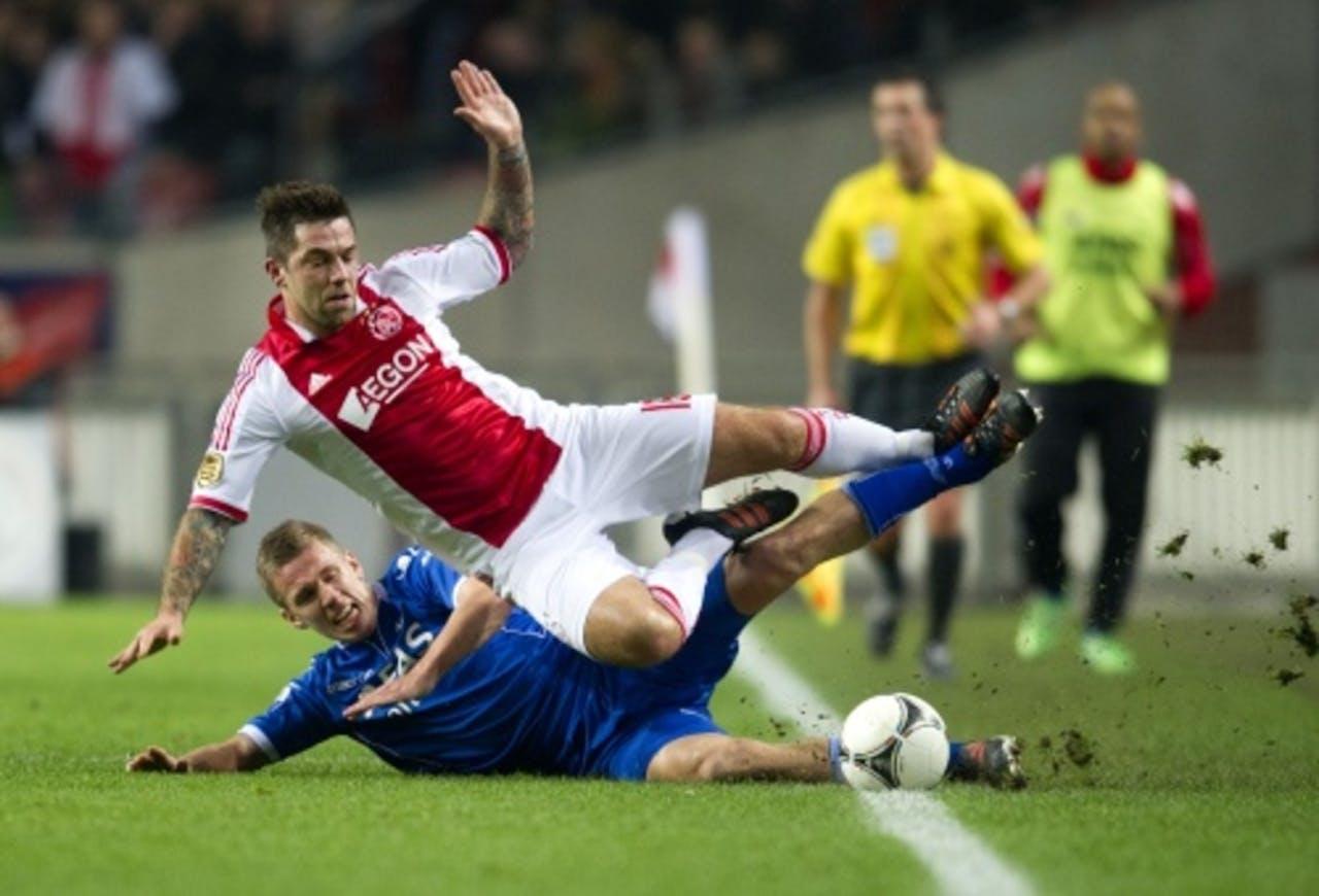 Theo Janssen van Ajax (boven) in duel met AZ-speler Pontus Wernbloom. ANP