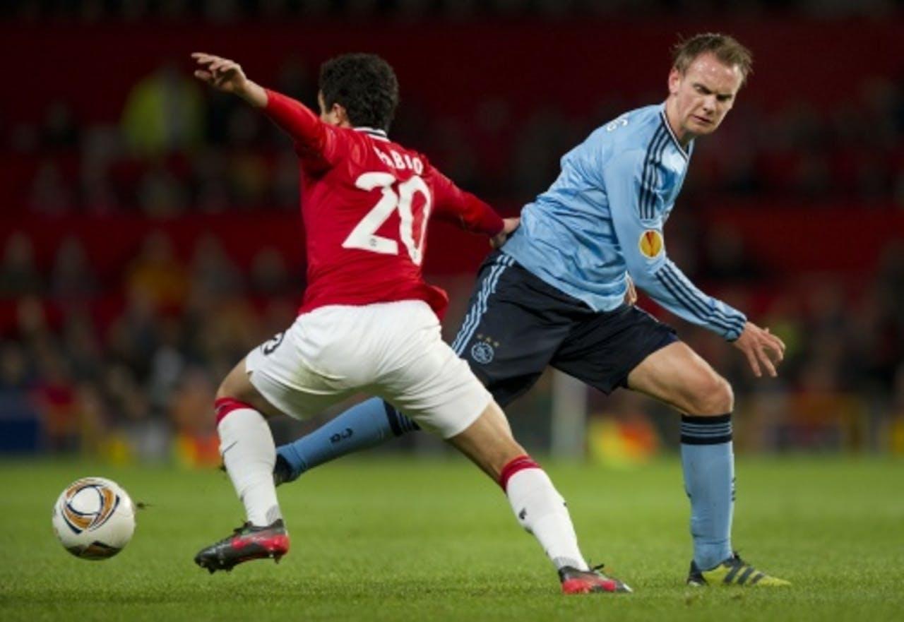 Siem de Jong (R) van Ajax in duel met Fabio (L) van Manchester United. ANP
