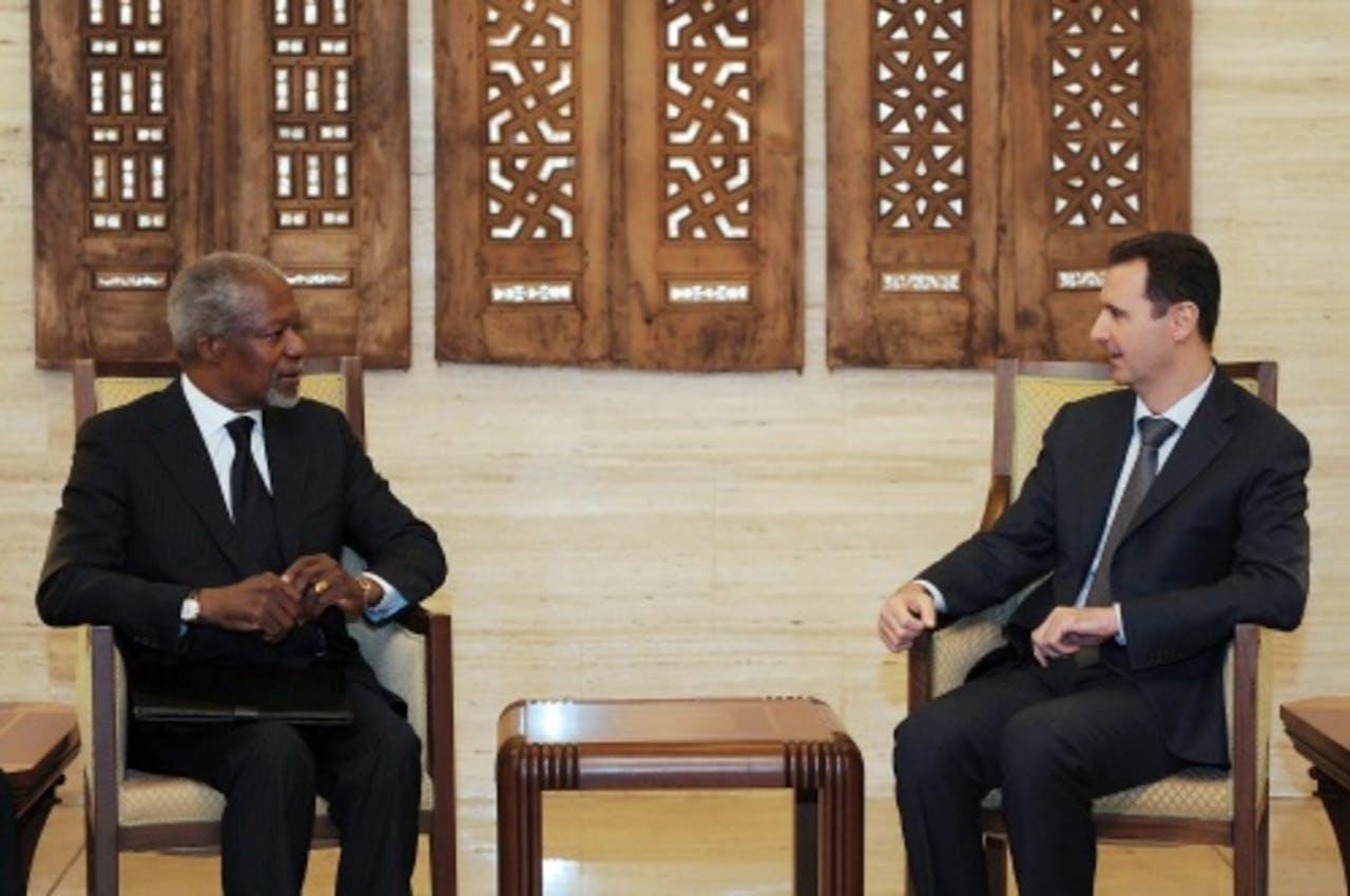 Kofi Annan (L) en Bashar al-Assad. EPA