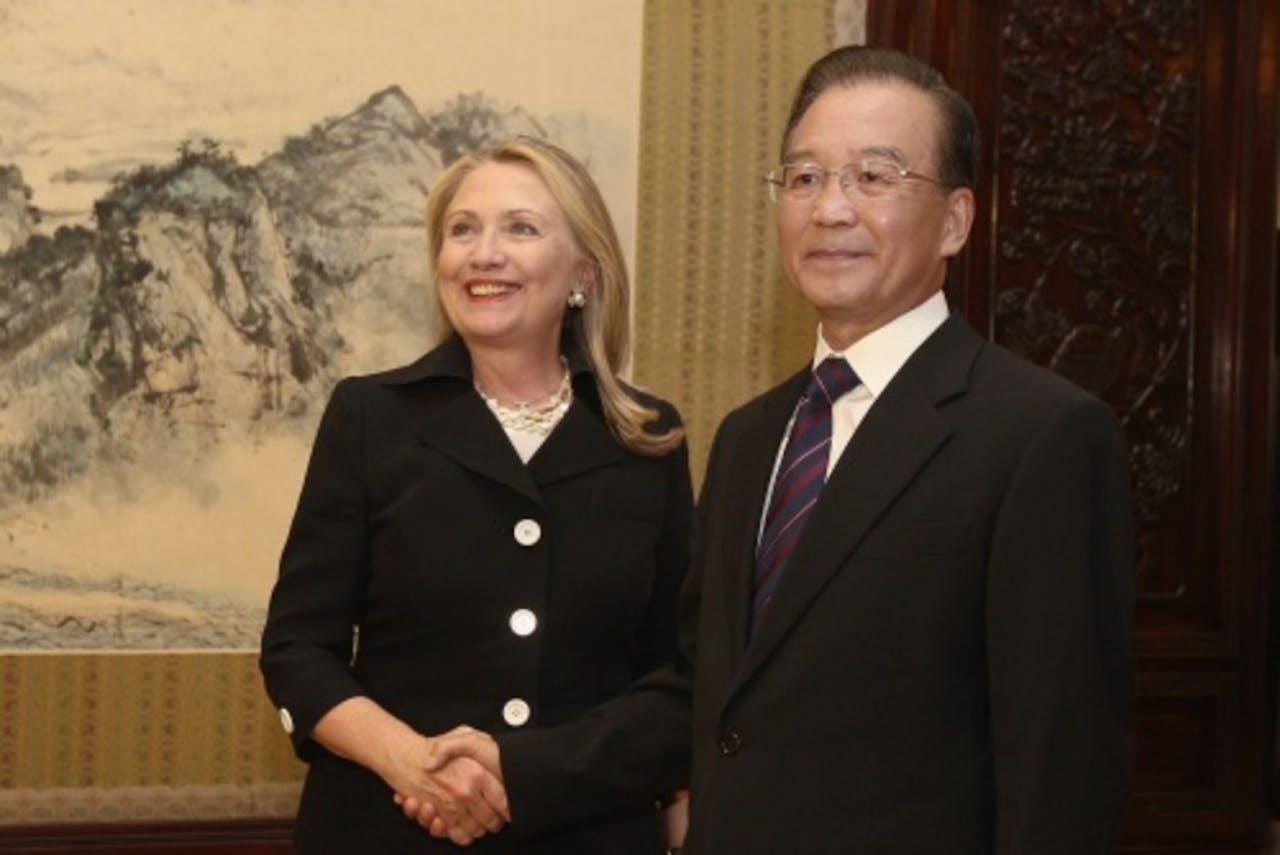 De Amerikaanse minister van Buitenlandse Zaken Hillary Clinton samen met de Chinese premier Wen Jiabao. EPA