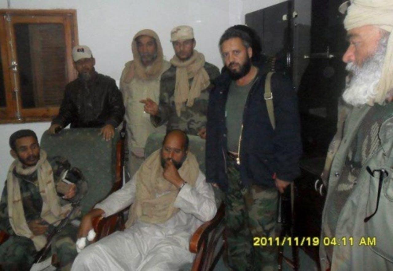 Saif al-Islam Kaddafi (M, zittend). EPA